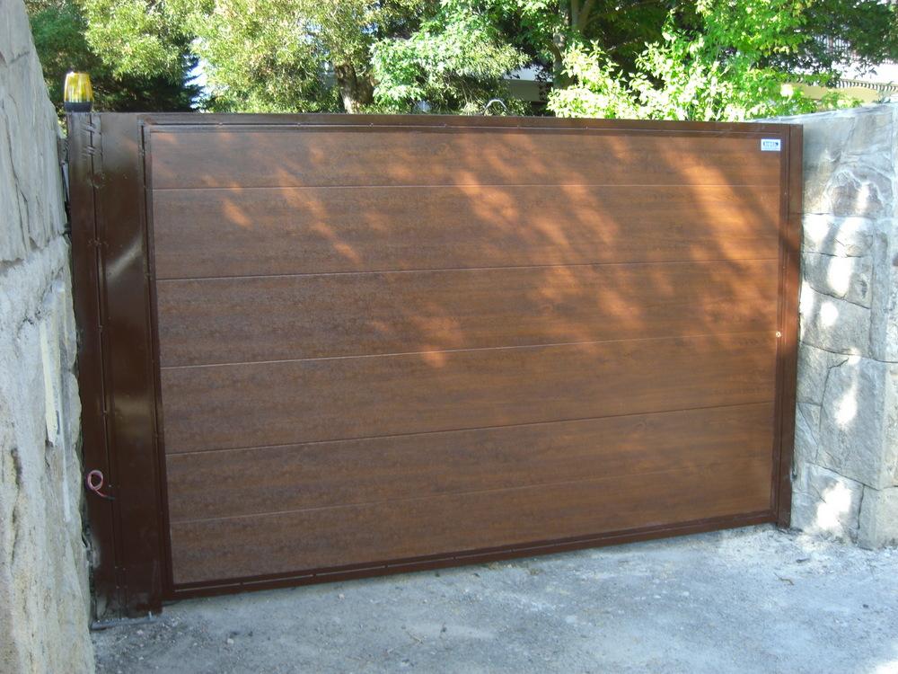 Puerta Batiente con panel imitacion madera liso 1